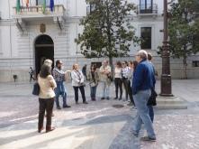 En la puerta del Ayuntamiento buscando fósiles